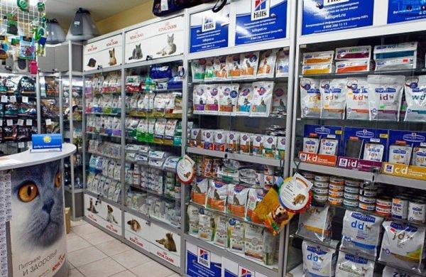 Витрины магазина с товарами для животных