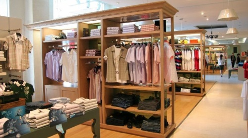 Современный магазин одежды